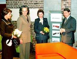 Lekker sofa: Prinsesse Märtha, den portugisiske presidentfruen Maria José Ritta og dronning Sonja fulgte interessert med da Jan R. Stavik fra Norsk Designråd viste rundt på utstillingen. Her sofaen HAL fra L. K. Hjelle.