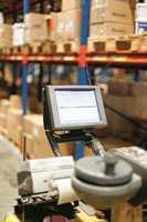 Trucken sorterer plukkordren etter den beste rekkefølgen å hente produktene. Når operatøren har hentet en vare, skannes den, og raderes fra skjermen.