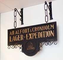 Handelshuset Alfort & Cronholm ble etablert med en maling- og apotekbutikk på Norrlandsgatan i Stockholm i 1906.