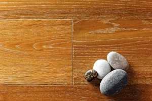 Rustikk overflate med brede bord og fasede langsider gir et ekte og eksklusivt inntrykk. Lamellparketten er fra Alfort.