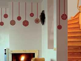 Wall-stickers er en rask måte å dekorere til jul på. Utvalget er stort fra mange leverandører. Den som heller vil lage pynten selv, kan bruke et selvklebende tekstil, og klippe ut valgfrie julemotiver i flere farger.