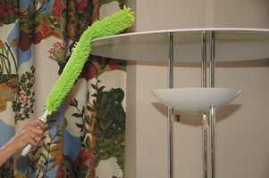 Her er den samme moppen brukt til å nå toppen av lampearmaturet.