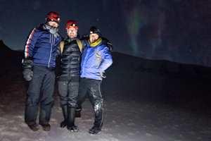 <b>TIL TOPPS:</b> På en fjelltopp på Svalbard står Idar Stensvold, Yves Op de Beeck og Erwin Floor fra Pure & Original. De ser ned på hotellet som har valgt malingen de brenner for.