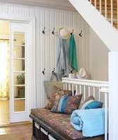 Benken gjør rommet koselig, samtidig som den er praktisk når små og store skal ta av eller på skoene.