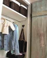 Skapet er praktisk innredet med hyller, stang og knagger.