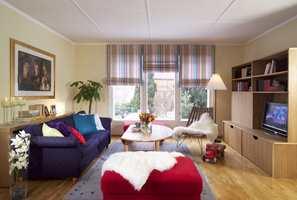 Med varierte farger og smarte løsninger ble stuen både retromoderne og praktisk.