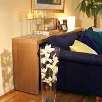 Det høye, smale bordet bak sofaen gjorde enkel dekorering lettere.