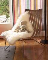 Tidstypisk designstol bygger oppunder det retro inntrykket.
