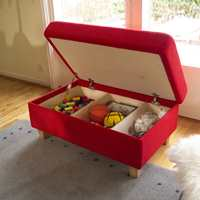 Funksjonelle puffer som både er oppbevaring og sitteplasser.