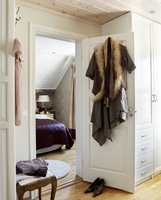Soverommet er så lite at det ikke er plass til garderobeskap. Derfor ble de plassert i rommet ved siden av.