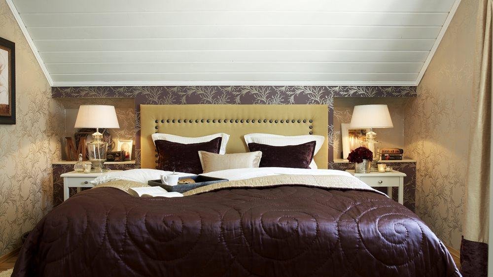 ab2addc8 Stor effekt – hvitt tak, tapeter og sengegavl skaper en hyggelig atmosfære  i et stilig