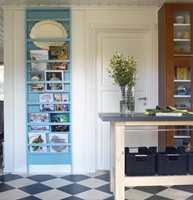Eierne hadde en fin samling av kokebøker som gjerne kunne vises fram. Snekkeren lagde denne vakre hyllen som også kan brukes til tallerkener.