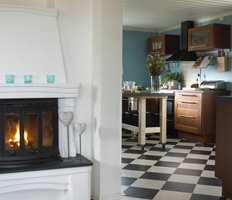 Sjakkmønstrete vinylfliser strekker seg fra kjøkkenet og ut i gangen.