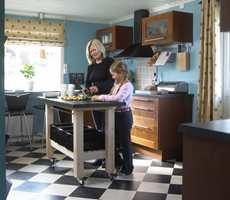 En praktisk trencherbenk på hjul kan skyves rundt i rommet etter behov, og gir ekstra oppbevarings- og arbeidsplass.