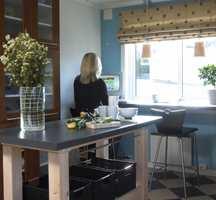 Den nye arbeidsbenken under vinduet fungerer både som arbeids- og spiseplass.