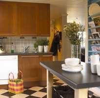 Skroget på den gamle kjøkkeninnredingen kunne beholdes, mens frontene ble byttet ut med nye fra IKEA.