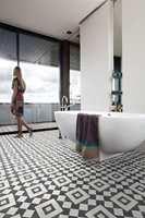 <b>HYGIENISK:</b> Våtromsbelegg kan brukes både på gulv og vegg i baderom og vaskerom. Det er et slitesterkt materiale som er fullstendig vanntett og lett å holde rent.