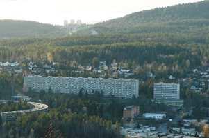 Etter hvert vokste drabantbyene ut over alle grenser og ble synlige på lang avstand. Store boligblokker som dem på Ammerud i Oslo ble selve bildet på 1960 årene, da boligblokkene erstattet gårder og jorder. Åsenes silhuett ble forandret for alltid.