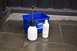 <b>VASKEUTSTYR: </b>Når du vasker fasaden trenger du en god bøtte, lavtrykksprøyte og rengjøringskjemikalier som er beregnet oppgaven.