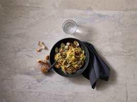 <b>ANTRASITT:</b> Typiske middelhavsretter kan gjerne serveres med grå servietter. (Foto: Tork/SCA Norge)