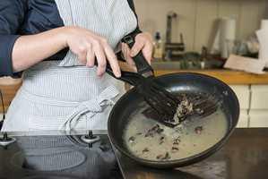 <b>STØRKNET FETT:</b> Avkjølt, stivt fett skrapes og tørkes ut av stekepannen og kastes blant matavfallet.