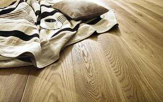<b>GYLLENT:</b> Bred plank i varme, gylne toner skaper en hyggelig atmosfære. Gulvet er fra Alfort.