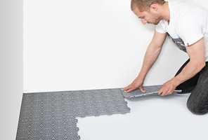 <b>LETT Å LEGGE:</b> Plastflisene fra Bergo Flooring er enkle på legge. Det er bare på klemme flisene i hverandre.