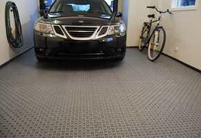 <b>TÅLER EN TRØKK:</b> Plastflisene fra Bergo er konstruert til å tåle tunge kjøretøy. – Derfor er dette gulvet perfekt i garasjer, sier Emil Lindèn.