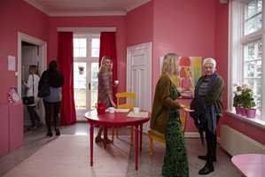 Fryd er navnet på en livlige fargepalett  fra Fargerike - en vandring gjennom rommet er et skikkelig energiboost. Her brukes gult som en god motspiller til rosa.