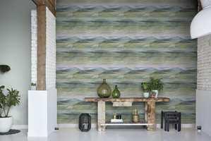 <b>AKVARELL:</b> Her ser det nesten ut som en kunstner har vært og malt på veggen. Fjellformasjoner, vann og himmel som skaper et drømmende, naturlig uttrykk. Tapet Akvarell fra Natural Forest design 3703, føres av Storeys.