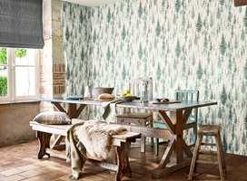 <b>SKOGENS RO:</b> Juniper Pine er inspirert av skandinaviske skoger. Med dette tapetet i spisekroken kan vi spise ute hele året. Tapetet Elysian fra Sanderson føres av Intag.