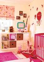 Både sengen, krakken, gyngehesten og gitaren ble malt rosa. Dette er elementer som gir liv til rommet, men som lett kan byttes om Leah blir lei.