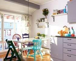 Som en rimelig og morsom løsning, ble forskjellige, gamle stoler fra loft og loppemarked malt og tatt i bruk ved spisebordet.