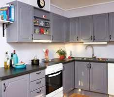 Den gamle kjøkkeninnredningen fikk en omgang maling og ny benkeplate, og er nå nærmest ugjenkjennelig.