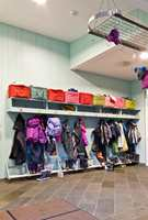 <b>ROLIG:</b> Garderober i barnehager preges normalt av fargerike klær. Det gjør at behovet for mye farger på vegger er mindre. Her roes miljøet ned ved at hyller er malt i samme farge som veggen og gulvlisten i en farge som stemmer med gulvet.