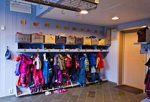 <b>FARGEKLATTER:</b> Tatt i betraktning barns fargerike klær, er en helhetlig fargesetting av vegger og møbler viktig. Det er ikke veggen som skal spille hovedrollen i garderoben. Her er møbler og hyller malt inn med veggfargen, mens kurvene er fargeklatter sammen med barna og deres klær.