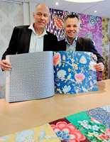 Erik Torp fra Astex og Lucien van Uffelen fra Eijffinger, viste stolt frem det siste resultatet fra det fremgangsrike samarbeidet mellom tapetprodusenten og kreative Pip Studio, tapetboken Pip III.