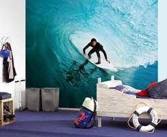Skatere er kuult på en vegg. Tenåringene kan også designe sin egen fototapet hos flere tapetprodusenter. Astex er leverandør av dette tapetet.