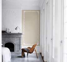 Endeveggen er malt med fargen «Sanddyne», som gir rommet varme. Veggen over peisen, vinduene og taket holder seg strengt til «Råhvit».