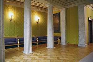 Veggen i galleriet mellom publikumsgarderoben og salen ble pusset opp med et rayontapet som stammet fra en ombygging i årene etter krigen.