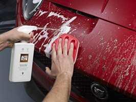En bil som har fartet rundt hele sommeren blir lett en oppsamlingsplass for døde insekter. Det kan skade lakken.