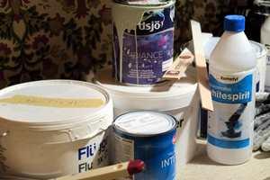 Skal du ikke lagre malingen, må spannet med våt restmaling leveres til en miljøstasjon.