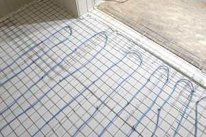 Varmekablene er lagt og festet, gulvet er tørt og rent. Det er klart for avretting.