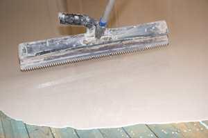 Tannete sparkler på skaft og spesialruller med pigger sørger for at det ikke oppstår nye ujevnheter i overflaten. Støvler er et must.