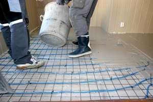 Når boliger skal bygges, eller bygges om, må ofte gulvet fornyes. Da brukes gjerne avrettingsmasse.