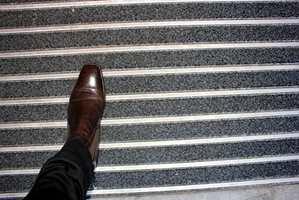 En god matte skal ligge stødig, trekke til seg fukt og fjerne søle fra skosålene.