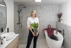 Da Malene (33) og ektemannen Dallas pusset opp sitt første bad, ble hun hodestups forelsket i fliser, dusjnisjer og en ny koronavennlig teknologi fra Norfloor. − Derfor vil jeg pusse opp på heltid, sier tobarnsmoren fra Stavanger.