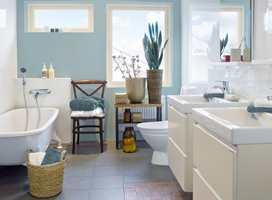 Slik ser badet ut etter at vegger og skap har fått en freshere fargesetting.