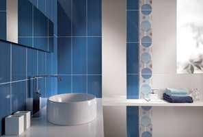 Blått er hot også på fliser og gir et svalt inntrykk på badet.
