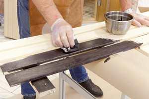 Beisen påføres med en lofri klut.